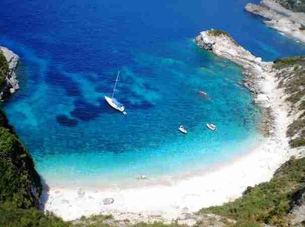 Οι Κυκλάδες στα καλύτερά τους. Το μικρό νησάκι με τις εκπληκτικές παραλίες και με την ωραιότερη Χώρα του Αιγαίου