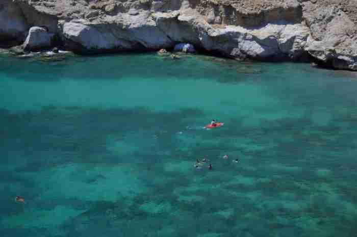 """Σε ποια περιοχή της Ελλάδας βρίσκεται αυτή η υπέροχη """"μυστική"""" παραλία με τα κρυστάλλινα νερά που θυμίζει.. λιμνοθάλασσα;"""