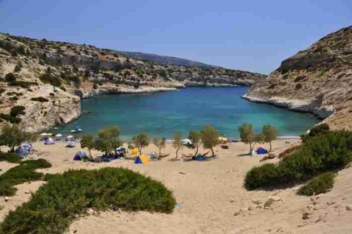 Σε ποια περιοχή της Ελλάδας βρίσκεται αυτή η υπέροχη «μυστική» παραλία με τα κρυστάλλινα νερά που θυμίζει.. λιμνοθάλασσα;