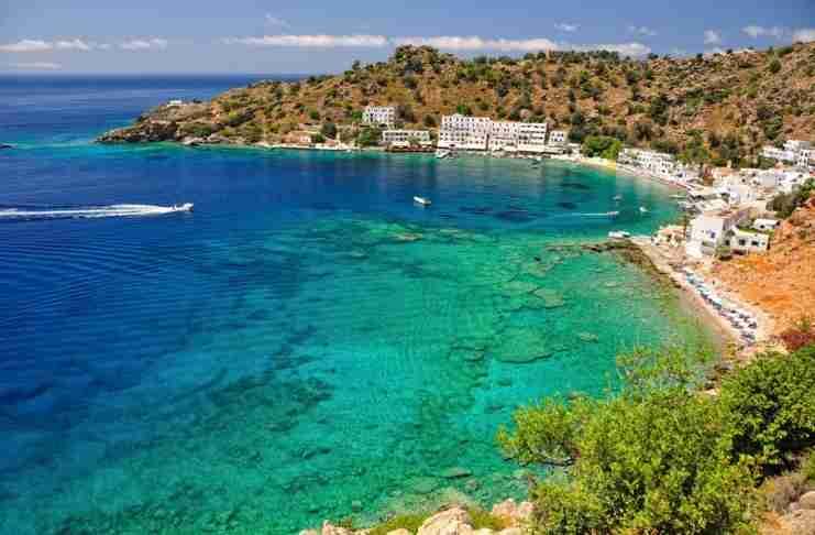 Το Ελληνικό χωριό που δεν έχει δρόμους, ούτε αυτοκίνητα! Πας μόνο περπατώντας ή με.. βάρκα!