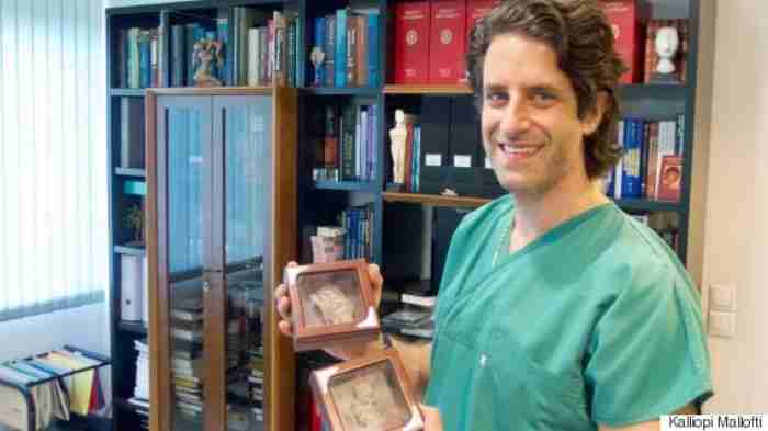 Μανώλης Καπετανάκης: Ο πρωτοπόρος Έλληνας γυναικολόγος που έχει φέρει στον κόσμο πάνω από 15.000 μωρά