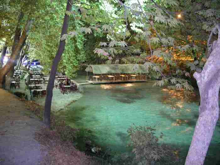 Το μικρό ελληνικό χωριουδάκι δίπλα στο ποτάμι. Καρτποσταλικές εικόνες που σου φτιάχνουν τη μέρα!