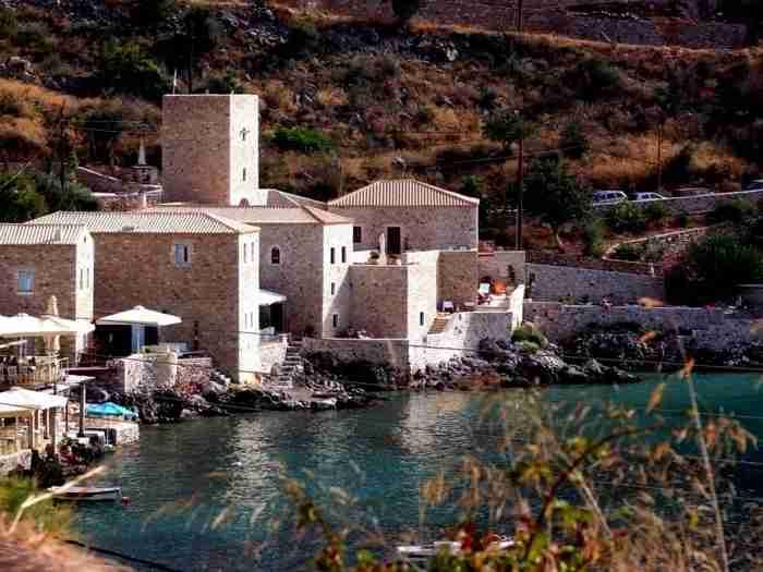 Το πέτρινο χωριό της λακωνικής Μάνης που είναι σαν να το γέννησε η θάλασσα