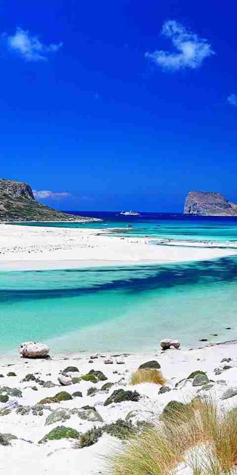 Η μαγευτική λιμνοθάλασσα με την άσπρη άμμο και την άγρια ομορφιά που συμπεριλαμβάνεται κάθε χρόνο στις καλύτερες παραλίες του κόσμου!