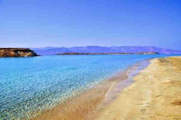Παράδεισος επί της γης: Το άγνωστο ακατοίκητο ελληνικό νησάκι με τις 36 εξωτικές παραλίες που κρύβει στο βυθό του θησαυρούς