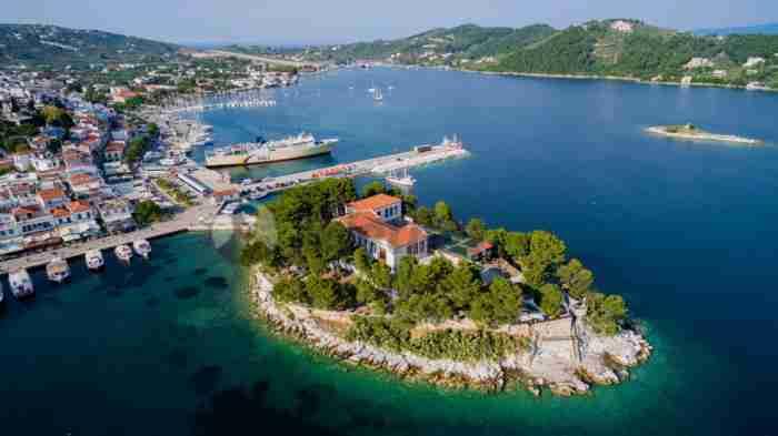"""Η """"κοσμοπολίτισσα του Βορρά"""": Το νησί με τα ρόδινα ακρογιάλια και το ένα (και μοναδικό) χωριό!"""