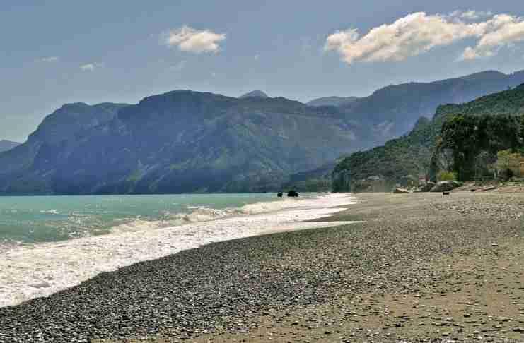 140 χιλιόμετρα από την Αθήνα υπάρχει μια παραλία που θυμίζει τροπικό Παράδεισο!