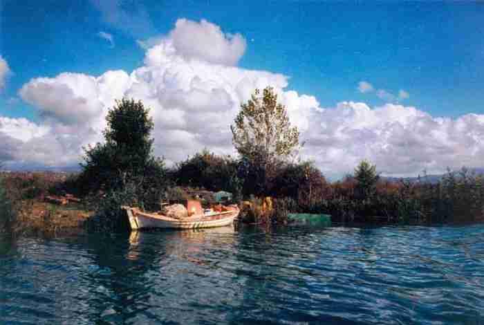 Το παραμυθένιο χωριουδάκι των 330 κατοίκων δίπλα στις εκβολές του Αχέροντα. Ανεπανάληπτη ομορφιά και σπάνια τοπία