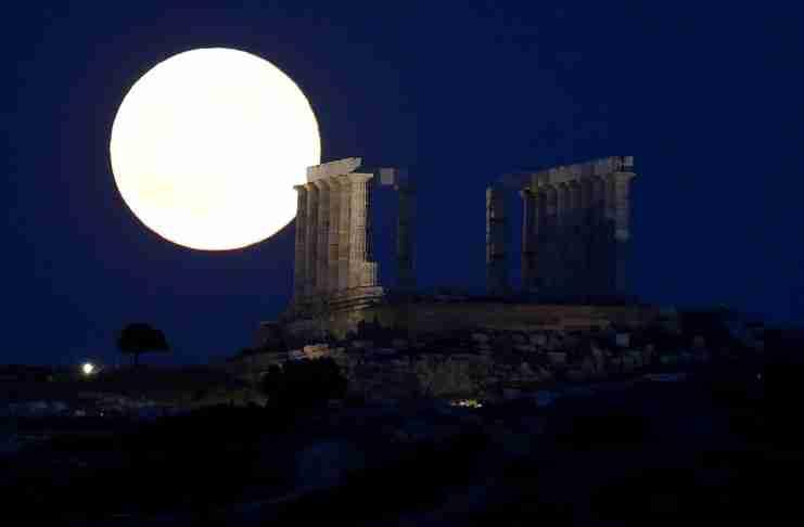 Υπερθέαμα τη Δευτέρα: Αυγουστιάτικη πανσέληνος και μερική έκλειψη Σελήνης θα συμπέσουν!