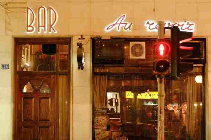 Το πιο παλιό μπαρ της Αθήνας στέκει στο ίδιο σημείο από το 1958. Μέχρι και ο Σινάτρα έχει καθίσει για ποτό