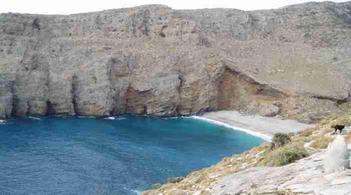 Η μαγευτική, κρυφή παραλία της Εύβοιας με τα γαλαζοπράσινα νερά και την λευκή άμμο όπου κάποτε υπήρχε σπουδαία αρχαία πόλη