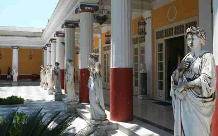 Ένα ανάκτορο βγαλμένο από τα παραμύθια. Μία από τις γνωστότερες βασιλικές επαύλεις της Ευρώπης βρίσκεται στην Κέρκυρα