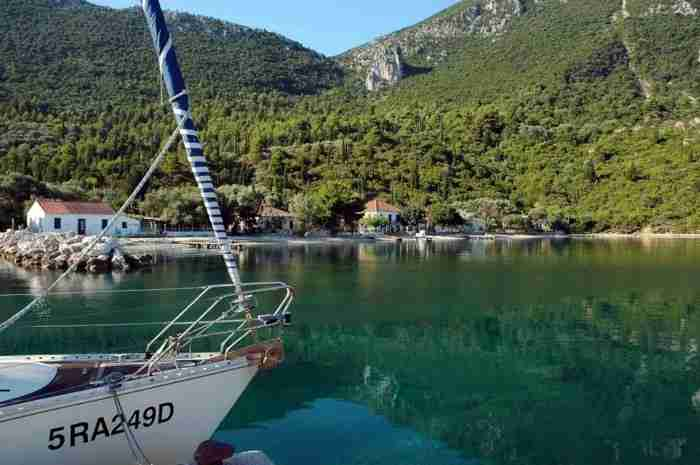 Μια μύτη μέσα στη θάλασσα.. Το πανέμορφο παραθαλάσσιο χωριό της Ελλάδας που μοιάζει σαν να επιπλέει στο νερό