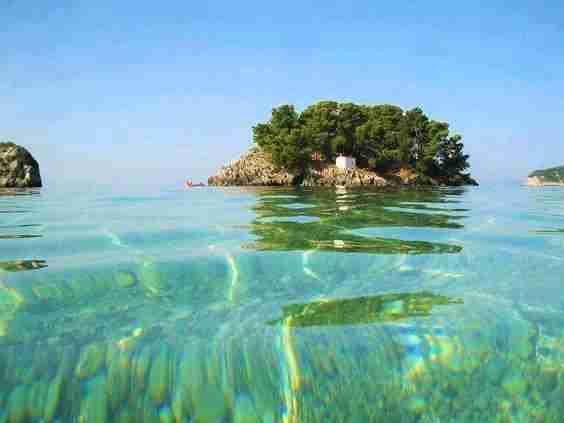 Η πιο πολύχρωμη ελληνική πόλη με τις κρυστάλλινες παραλίες και τα γραφικά σοκάκια που θυμίζει.. νησί!
