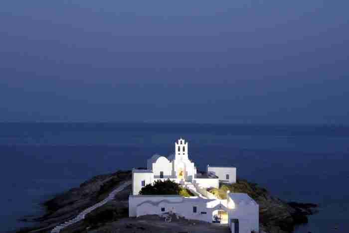 Το Μοναστήρι της Παναγιάς της Χρυσοπηγής στη Σίφνο και η ιστορία του θαύματος που χώρισε τη Γη στα δυο