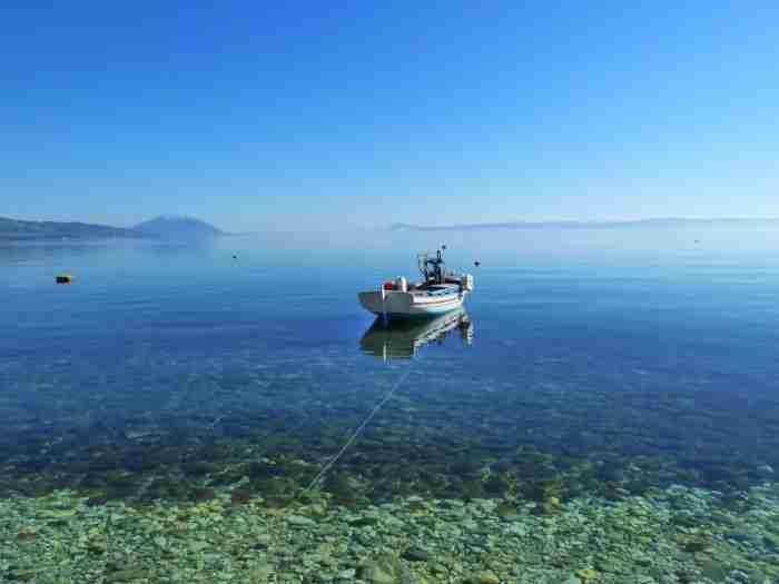 Η παραλία με τα ζεστά νερά που μπορείς να κάνεις μπάνιο μέχρι τον Νοέμβρη βρίσκεται στην Εύβοια