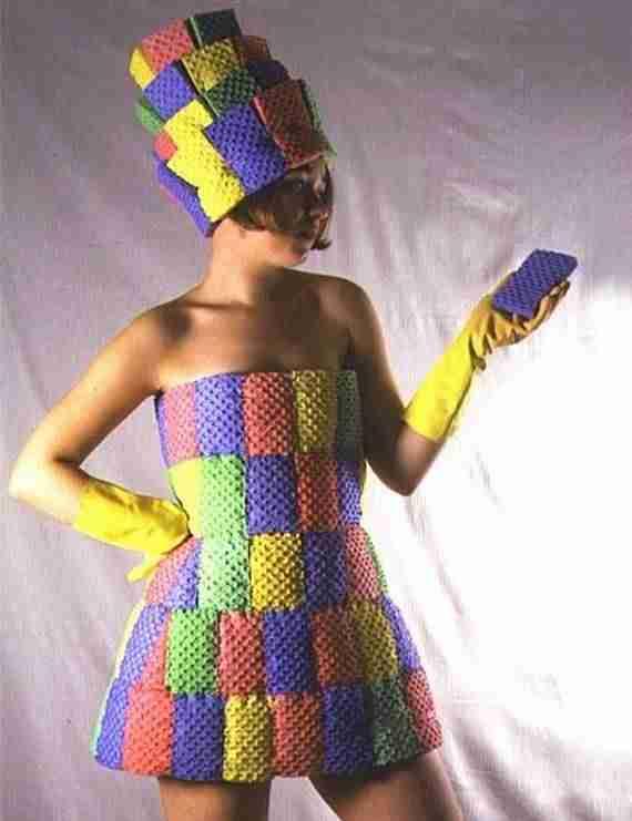 Φόρεμα φτιαγμένο  από σφουγγάρια για το πλύσιμο των πιάτων
