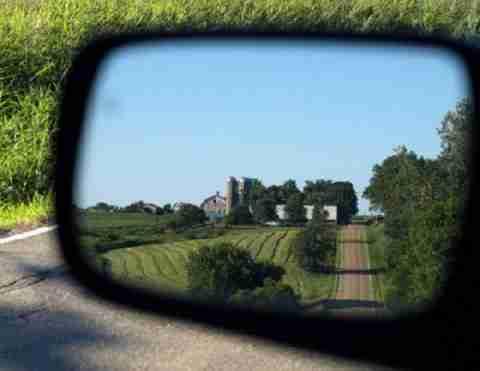 Κοιτάζοντας από τον καθρέπτη του αυτοκινήτου