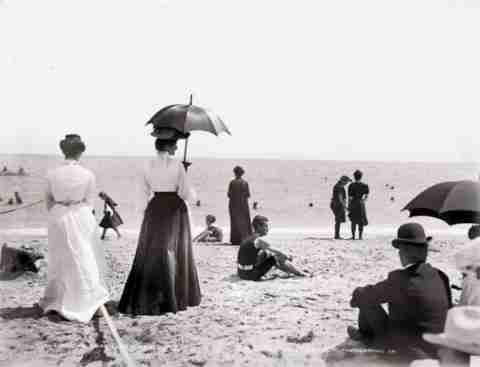 Μια μέρα στην παραλία πριν 100 χρόνια