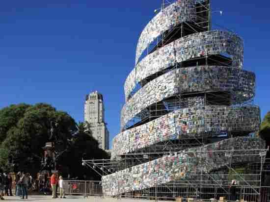 Ένας Πύργος της Βαβέλ από βιβλία!