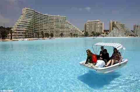 Βουτιά στην μεγαλύτερη πισίνα στον κόσμο!