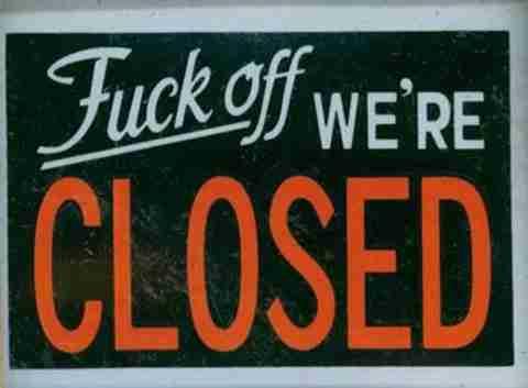 """14 αστείες πινακίδες """"Κλειστόν"""""""