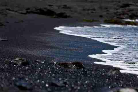 Η παραλία με την μαύρη άμμο
