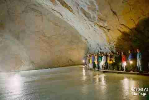 Η μεγαλύτερη σπηλιά πάγων στον κόσμο