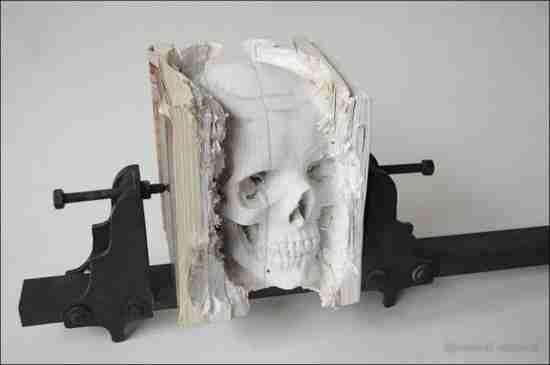 Ρεαλιστικά γλυπτά κρανίων από παλιά βιβλία