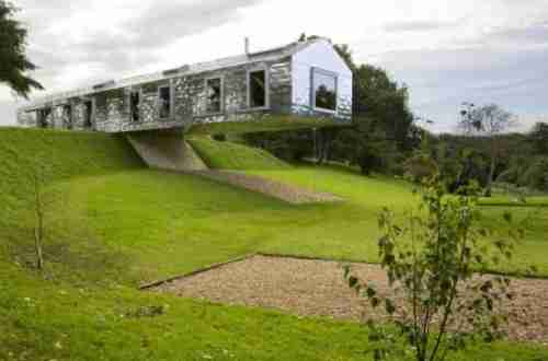 Το σπίτι που ισορροπεί στην άκρη του λόφου