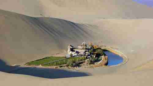 Μια όμορφη λίμνη μέσα στην έρημο Γκόμπι