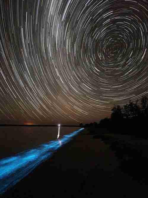 Η λίμνη που λάμπει στην Αυστραλία