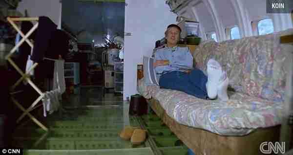 Μετέτρεψε ένα παλιό αεροπλάνο σε σπίτι!