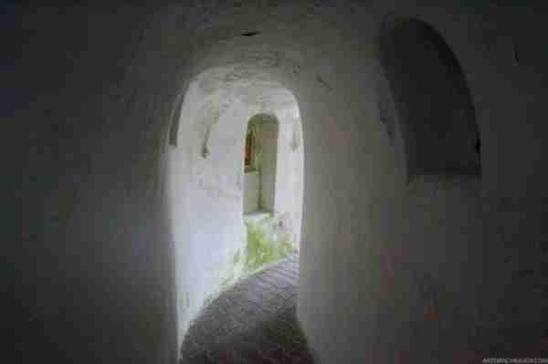 Ένα μοναστήρι μέσα σε σπηλιά