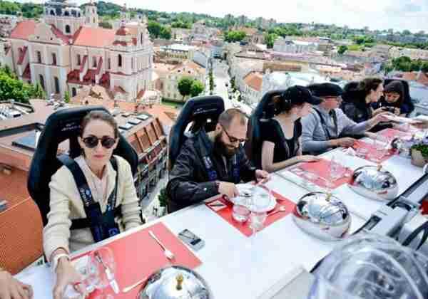 Dinner in the sky: ένα εστιατόριο 55 μέτρα πάνω από το έδαφος