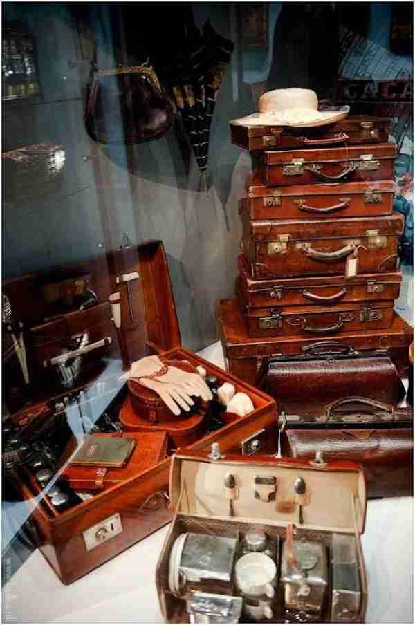 Ένα μουσείο με εκθέματα γυναικείες τσάντες και πορτοφόλια