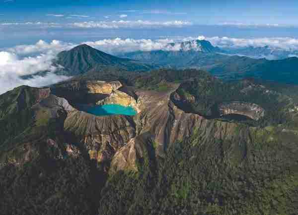 Οι λίμνες στον κρατήρα του ηφαιστείου Kelimutu που αλλάζουν χρώματα