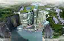 Ένα ξενοδοχείο στο βάθος ενός τεράστιου λάκκου
