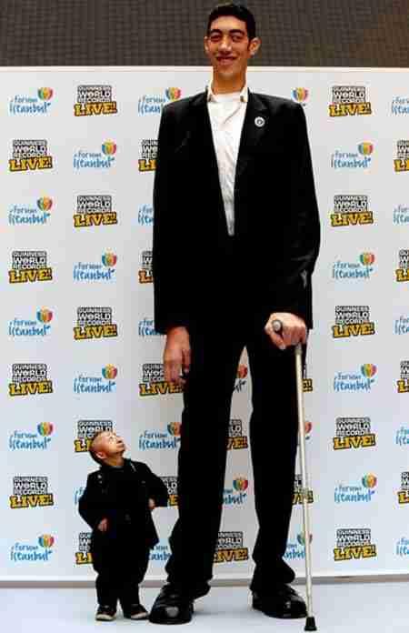 Ο ψηλότερος άνθρωπος στον κόσμο συναντά τον κοντύτερο