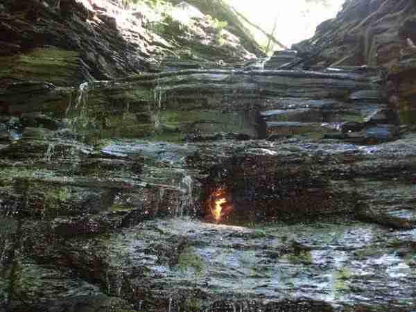 Η αιώνια φλόγα πίσω από τον καταράκτη του πάρκου Chestnut Ridge