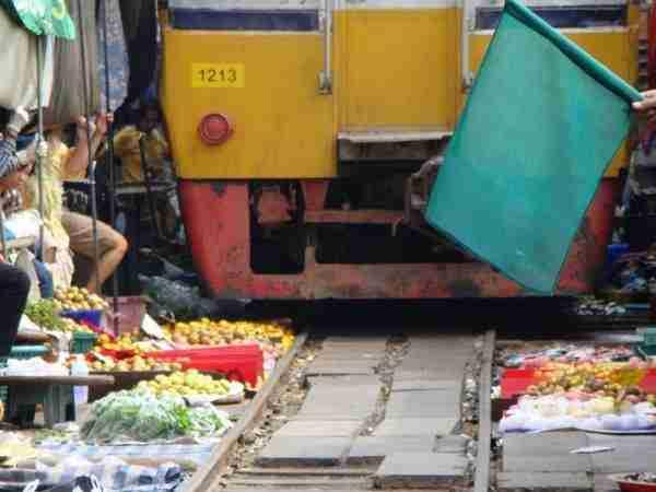 Η υπαίθρια αγορά που ανάμεσα της περνάει τρένο