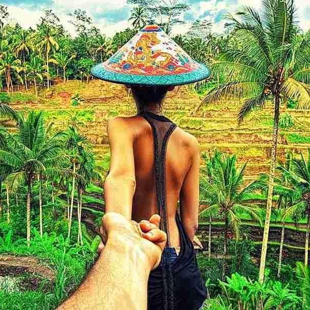 Ο φωτογράφος που ακολουθεί την κοπέλα του σε όλο τον κόσμο