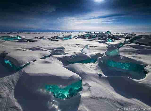 Θραύσματα τυρκουάζ πάγου ξεπροβάλλουν από τη μεγαλύτερη λίμνη στον κόσμο