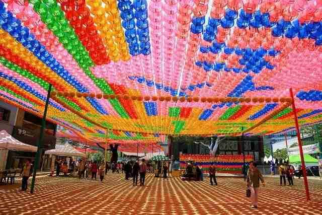 Χιλιάδες πολύχρωμα φανάρια σκεπάζουν τον ουρανό στην Σεούλ
