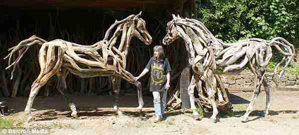 Τα ξύλινα γλυπτά αλόγων της Heather Jansch