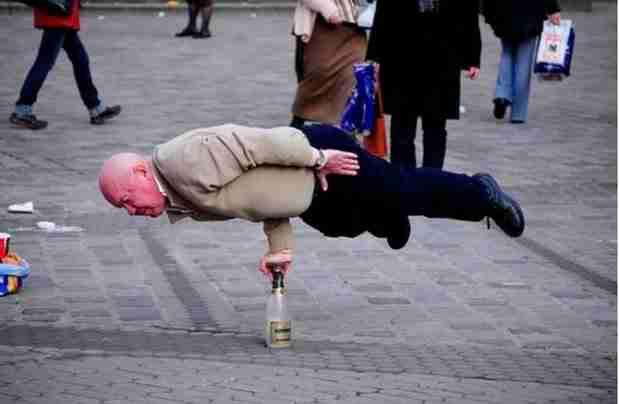 Ο ηλικιωμένος που μπορεί να ισορροπήσει ολόκληρο το σώμα του σε ένα γυάλινο μπουκάλι