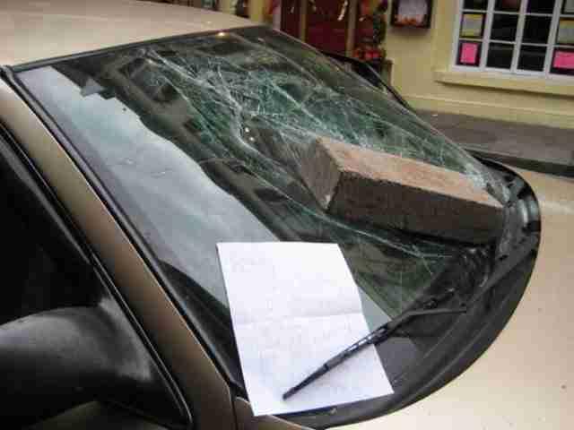 Εκδίκηση καταστρέφοντας το αυτοκίνητο του..