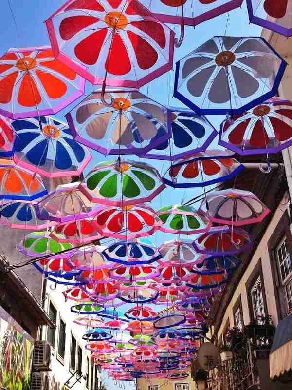 Πολύχρωμες ομπρέλες ξανασκεπάζουν τον ουρανό της Πορτογαλίας