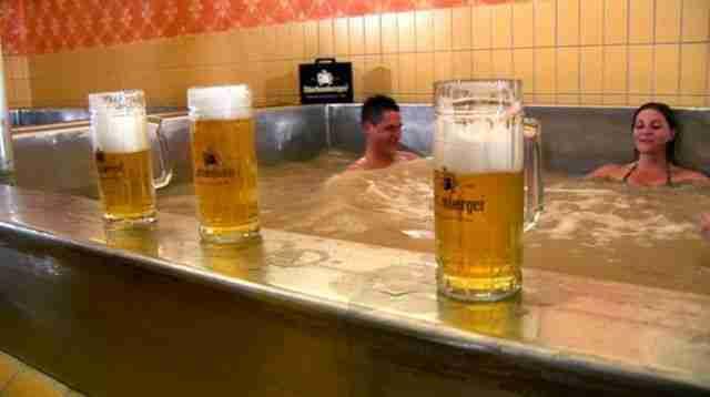 Το θέρετρο που έχει πισίνες γεμάτες μπύρα!