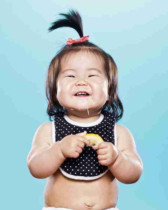 Φωτογραφίες παιδιών που δοκιμάζουν για πρώτη φορά λεμόνι